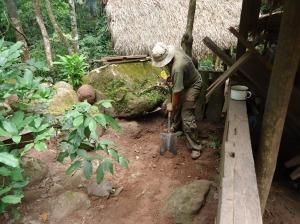 voluntario trabajando en centro de rescate de animales Cerelias, Tarapoto, Peru