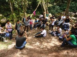 Orlando Zagazeta enseñando estudiantes, Cerelias, Peru